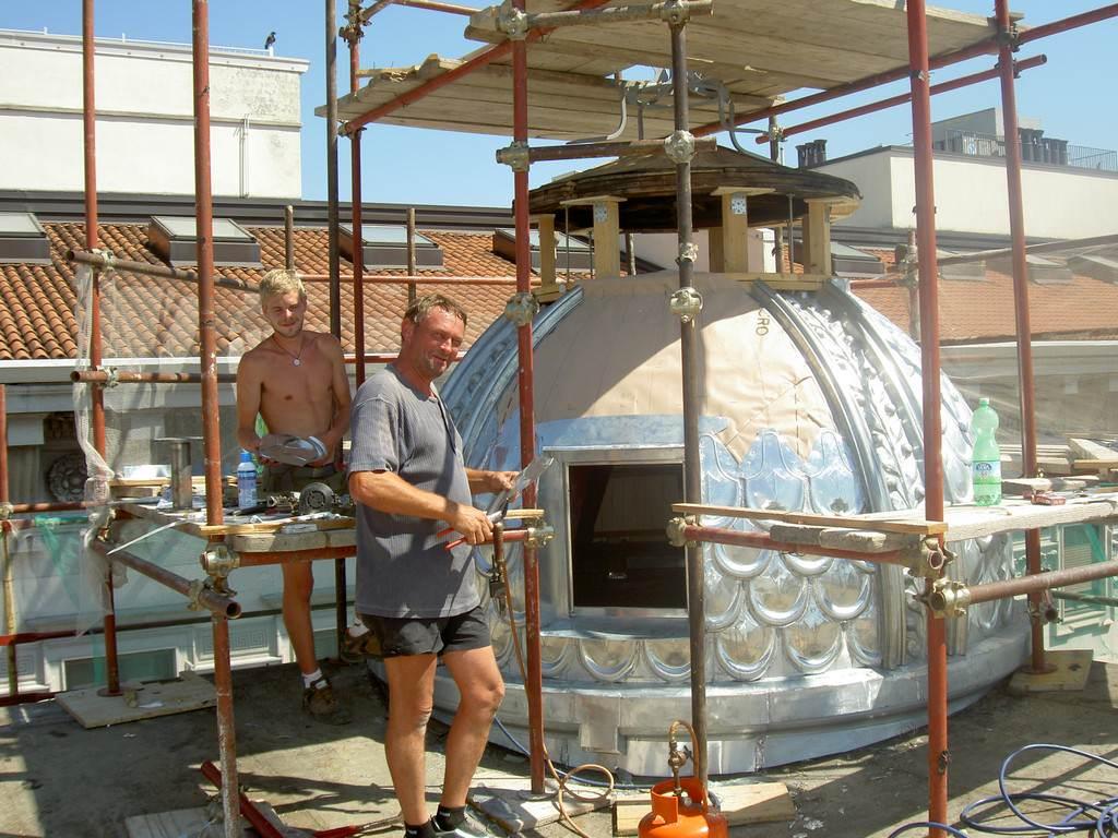 Restauro e ricostruzione di ornamenti in metallo per la for 2 piani di costruzione di edifici in metallo